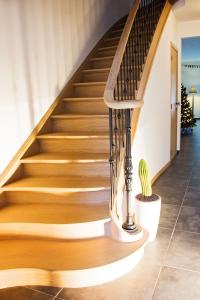 Landelijke trap met smeedijzeren balusters